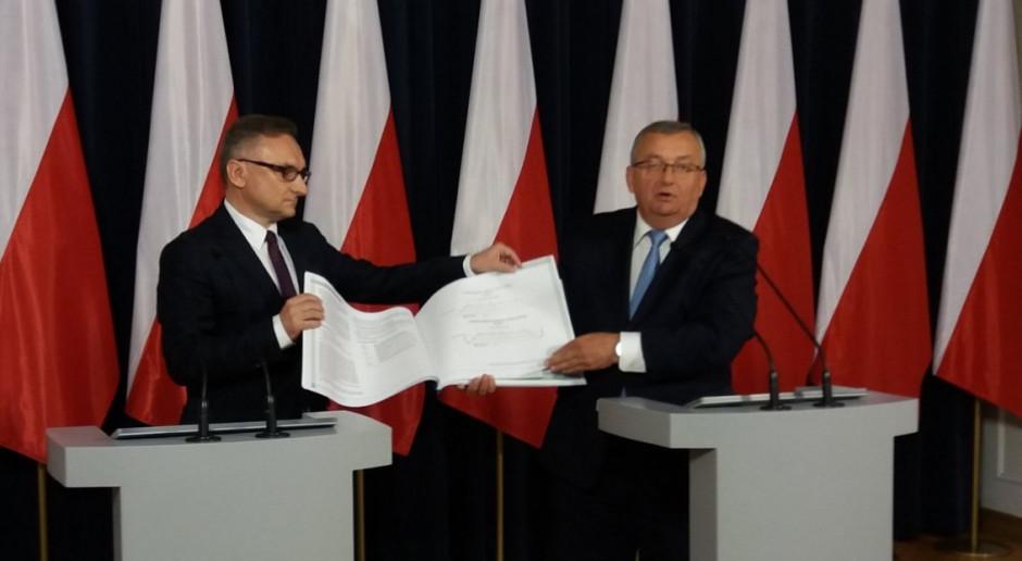 Czerwiec 2019 r. Minister Andrzej Adamczyk (po prawej) prezentuje Katalog mostowy, fot. mat. pras.