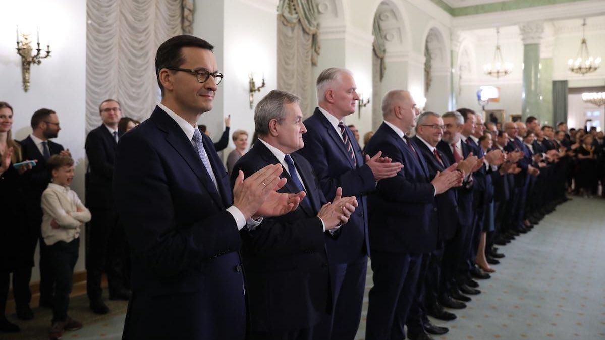 Premier Mateusz Morawiecki wraz z wicepremierami w momencie powołania nowego składu rządu. (fot. KPRM/twitter.com)