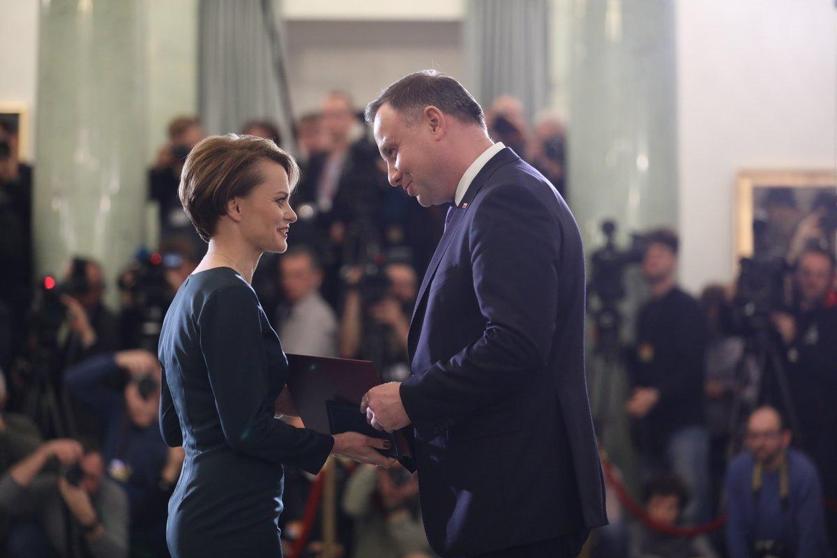 Jadwiga Emilewicz i Andrzej Duda w momencie powierzenia pani minister teki rozwoju. (fot. KPRM/twitter.com)