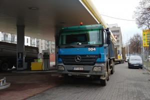 Zablokowali ciężarówkami stację Lotosu, bo mieli problem z mieszkaniami