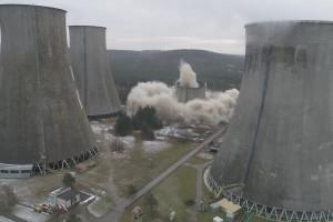 3,5 sekundy trwało wyburzenie chłodni kominowej Taurona. Niezwykłe zdjęcia