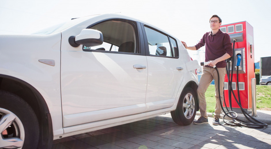 Prawie 10 tys. aut z napędem elektrycznym na koniec lutego