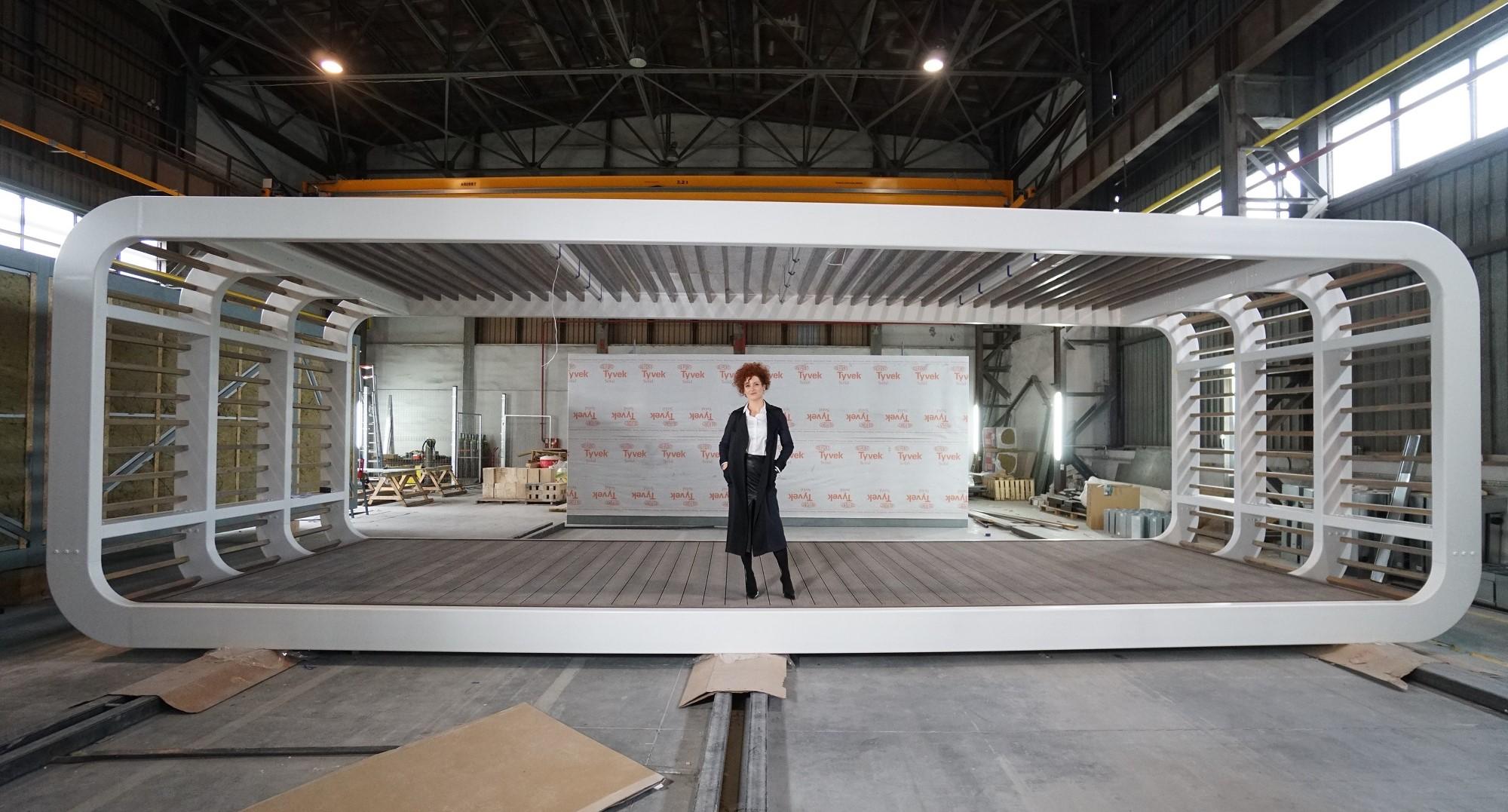 Ewelina Woźniak-Szpakiewicz, prezes DMDmodular, oraz konstrukcja jednego z modułów produkowanych przez firmę. Tu zlecenie dotyczące domku rekreacyjnego. Fot. PTWP (Michał Oleksy)