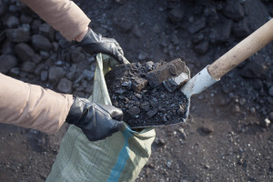 Ciepła zima uderza w sprzedawców węgla.