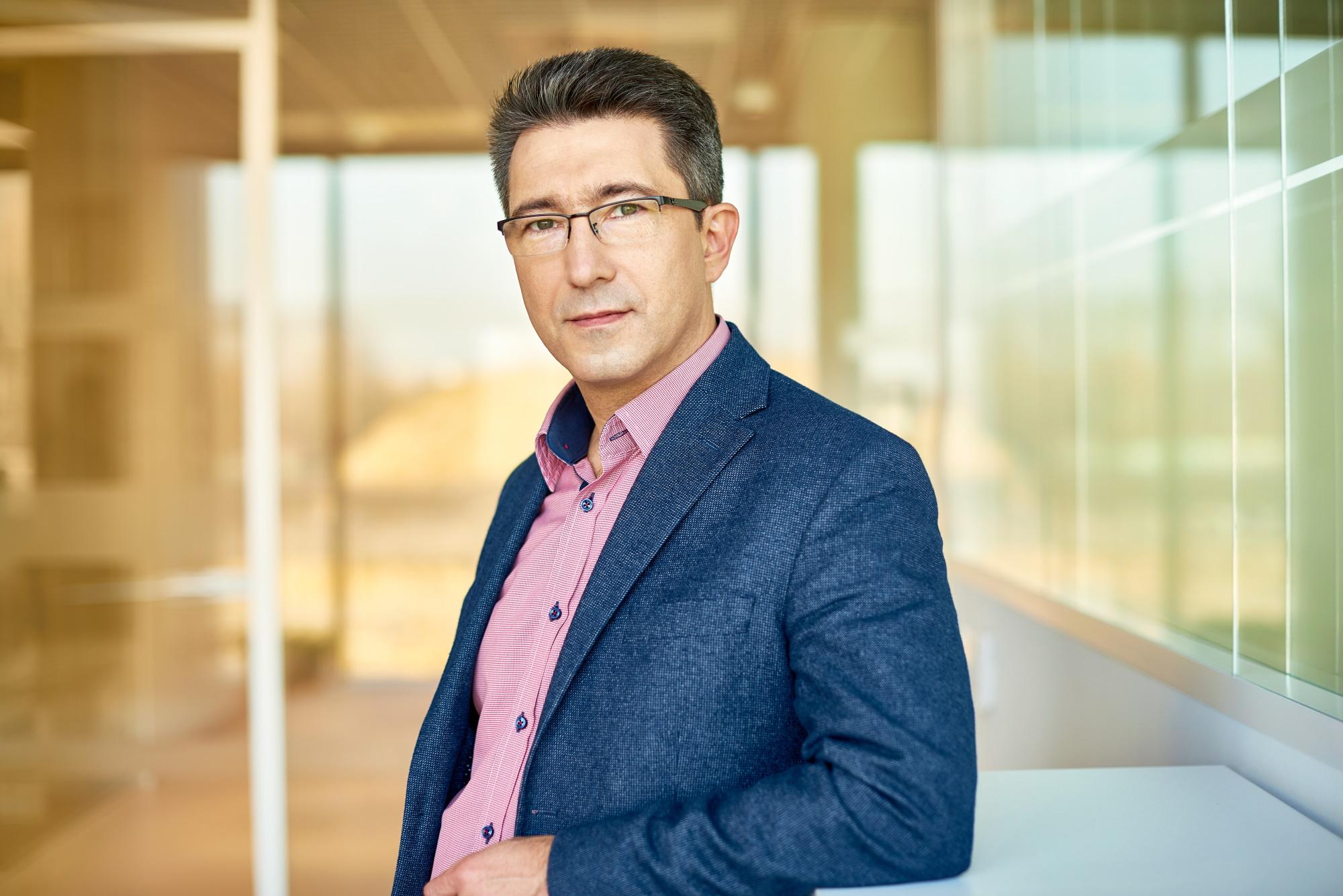 - Ten kryzys nadszedł niespodziewanie i postępuje bardzo szybko, nie dając firmom szans na bieżące reagowanie na pojawiające się sygnały z rynku - mówi Jacek Siwiński, prezes Velux Polska. Fot. mat. pras.