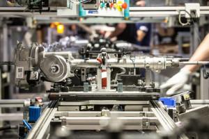 Producent części samochodowych dzieli się wiedzą o produkcji przyłbic