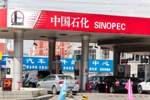 Chińska gospodarka korzysta na taniej ropie, ale niektóre firmy cierpią