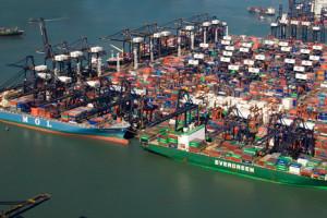W chińskich portach rosną góry kontenerów z nieodebranymi towarami