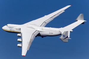 Największy samolot świata przywiezie do Polski 400 ton środków do walki z koronawirusem